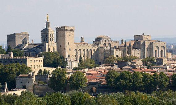 800px-Avignon,_Palais_des_Papes_depuis_Tour_Philippe_le_Bel_by_JM_Rosier